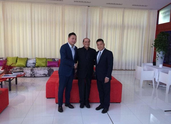 Berlusconi with the representatives of the Chinese group